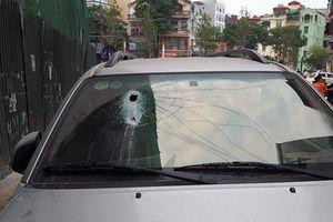 Thanh sắt công trường rơi 'tự do' đâm thủng kính ô tô