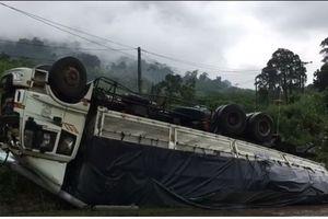 Xe tải ôm cua 'chổng vó' bên đường