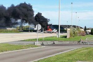 F-16 phát nổ và bị thiêu rụi tại căn cứ không quân