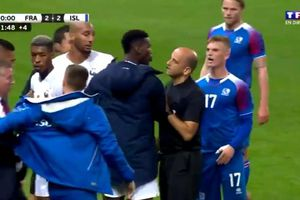 Paul Pogba hùng hổ lao vào sân đòi đánh đối thủ