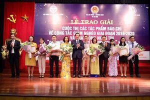 Báo Lao Động nhận giải khuyến khích báo chí viết về công tác giảm nghèo