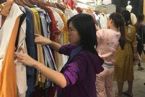 Gió lạnh tràn về, người Hà Nội chen nhau đi mua quần áo ấm