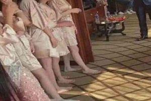 Dàn phù dâu mặc áo choàng tắm mong manh 'gây sốt' mạng TQ