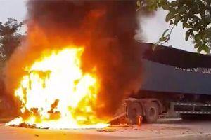 Container bốc cháy dữ dội khi đang chạy