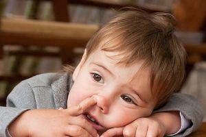 Coi chừng viêm phổi vì thói quen chọc ngón tay vào mũi