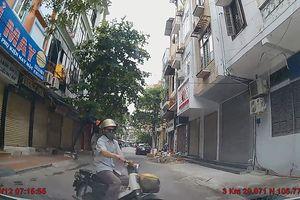 Rẽ trái đột ngột, Honda Cub va chạm với ôtô trong đường hẹp
