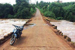 Trượt xe máy trên cầu, 1 phụ nữ bị nước cuốn tử vong