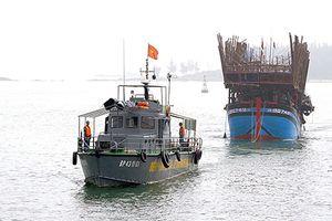 Cứu 45 ngư dân trên tàu câu mực bị chìm ở Trường Sa