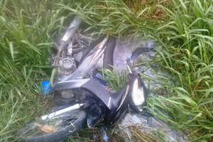 Phát hiện nam thanh niên tử vong cùng xe máy dưới mương nước