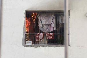 Hà Nội: Cháy dữ dội căn hộ ở Linh Đàm, người dân hoảng loạn tháo chạy