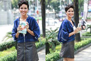 Hoa hậu H'Hen Niê xinh đẹp xuống đường đi bán sách trong thời tiết mưa bão