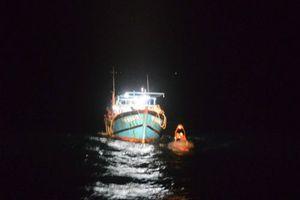 Cứu hơn 40 ngư dân trên tàu cá bị chìm tại vùng biển Trường Sa