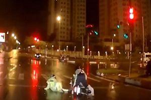 Xôn xao clip hai cô gái trẻ say khướt ngã sõng soài giữa đường trong đêm