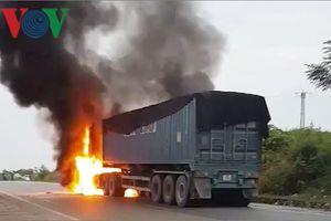 Xe container bốc cháy dữ dội, tài xế và phụ xe chạy thoát thân
