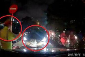 Clip: Thấy ô tô đi ngược chiều giờ cao điểm, tài xế hô hoán, 'mách' CSGT