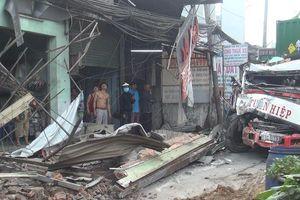 TP HCM: Tránh người sang đường, xe container tông sập hàng loạt nhà dân
