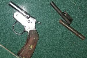 Cảnh sát bắt nhóm thanh niên chế tạo trái phép vũ khí ở miền Tây