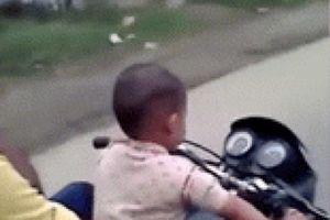Thót tim bé 3 tuổi lái môtô cỡ lớn, chở 3, lao vun vút