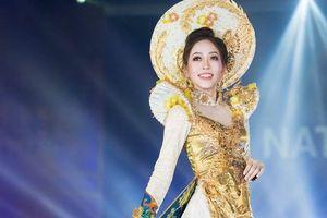 Đại diện Việt Nam đã có phần trình diễn Trang phục dân tộc tỏa sáng