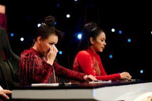 Việt Hương bật khóc trước chuyện đời Hải Yến Idol