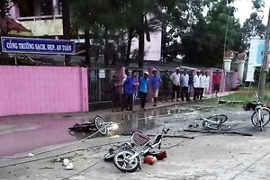 Vướng vào dây điện đứt rơi trước cổng trường, 2 học sinh tử vong