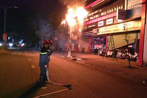 Đường dây điện cháy nổ, người dân bỏ chạy tán loạn