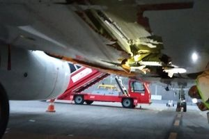 Máy bay 'thủng' bụng vì đâm vào tường sân bay