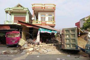 Thanh Hóa: Xe tải tông sập 3 mái hiên nhà dân rồi nằm chổng vó ra đường