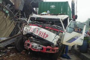 Xe container tông sập hàng loạt ngôi nhà khiến nhiều người hoảng sợ kêu cứu