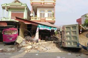 Tránh máy gặt lúa, xe tải chở đầy cát lao vào 3 nhà dân