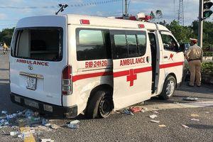 Xe cấp cứu bị tông quay ngang, nữ y tá văng xuống đường