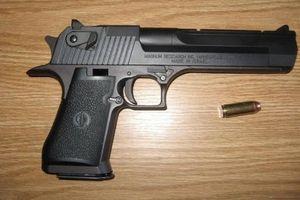 Truy bắt gã chồng lái ôtô nổ súng bắn vợ