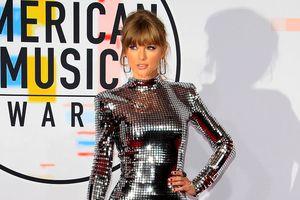 Taylor Swift mặc đẹp nhất tuần với đầm ánh bạc bắt sáng