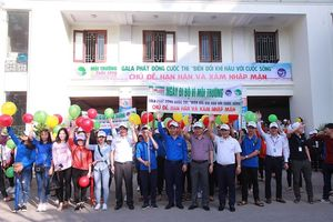 Sinh viên Đại học Vinh hào hứng tham gia chương trình 'Ngày đi bộ vì môi trường'