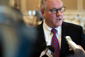 Mỹ: Thượng nghị sĩ dọa 'giẫm lên mặt' thống đốc
