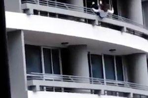 Lên tầng 27 chụp ảnh 'tự sướng', người phụ nữ chết thảm
