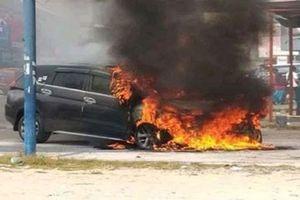 Xe Mitsubishi Xpander cháy trơ khung trên đường phố Indonesia