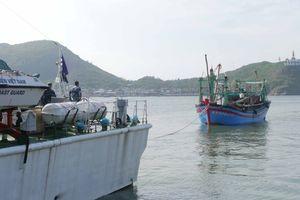 Tàu Cảnh sát biển cứu 7 ngư dân gặp nạn