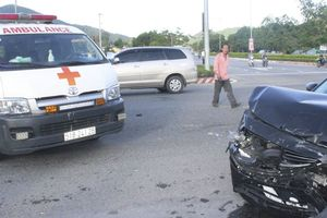 Xế hộp tông xe cấp cứu quay nhiều vòng, nữ y tá văng xuống đường