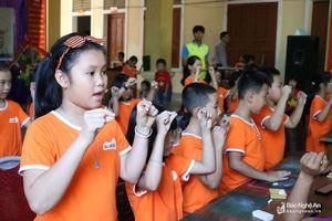 Khai giảng lớp tiếng Anh và Toán tư duy cho trẻ vùng cao Kỳ Sơn
