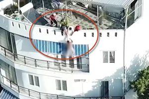 Kịch tính clip giải cứu anh Tây khỏa thân nhảy từ tầng 4 ở Nha Trang