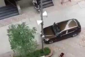 Độc quyền: Clip nghi chồng cũ nổ súng bắn vợ ở chung cư, phóng ô tô bỏ chạy