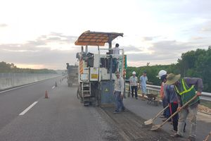 Bắt đầu cào bóc, trị 'ổ gà' trên cao tốc Đà Nẵng-Tam Kỳ