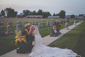 Chú rể qua đời vì TNGT, cô dâu tổ chức đám cưới bên bia mộ