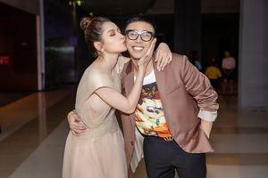 Chi Pu mặc váy xuyên thấu hở ngực, ôm hôn stylist Hoàng Ku thắm thiết