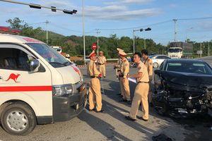 Mazda 6 tông ngang xe cấp cứu làm 2 xe quay nhiều vòng, 5 người trọng thương