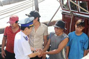 Bình Định: 7 ngư dân cập bờ an toàn sau hơn 1 ngày trên tàu thả trôi