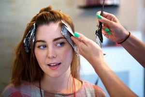Gội đầu quá nhiều, nhuộm tóc có thể gây hói đầu?
