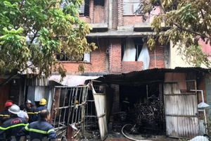 Hà Nội: Cứu 4 người mắc kẹt trong đám cháy lớn ở xưởng ghế sofa