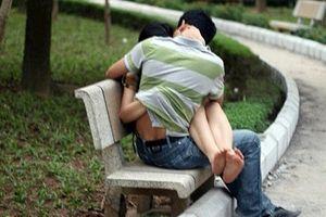 Gia tăng quan hệ tình dục nơi công cộng: Dễ dãi, lệch chuẩn văn hóa